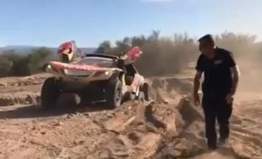 Peterhansel sufre un accidente y Sainz acaricia el Dakar