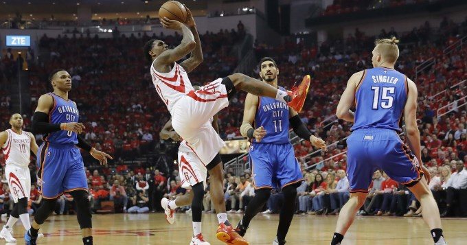 Washingtong y Houston volvieron a ganar en los play offs de la NBA