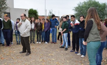 Jose Luis Salomón entregó equipos deportivos al CEPT Nº 36