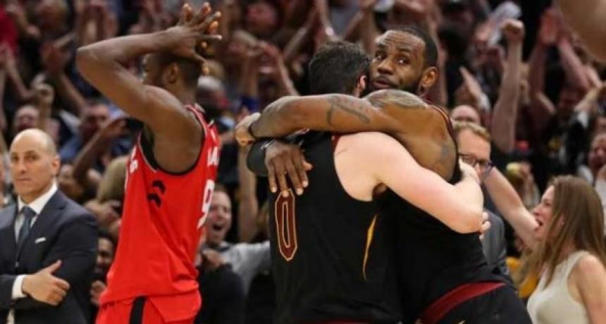 LeBron lo volvió a hacer y los Cavs derrotaron a Toronto