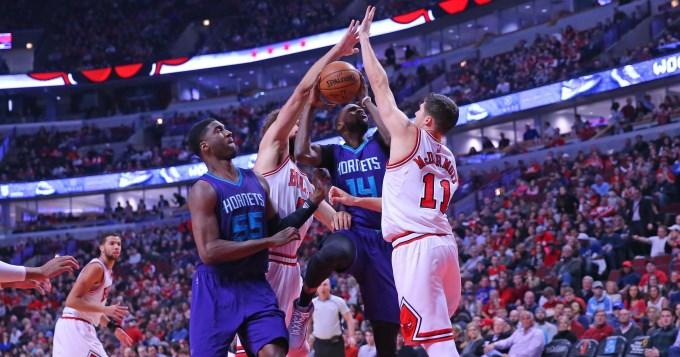 Butler guía a los Bulls en el triunfo sobre los Hornets
