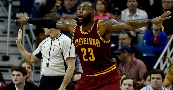 Lebron consiguió un triple doble pero los Cleveland siguen en caída