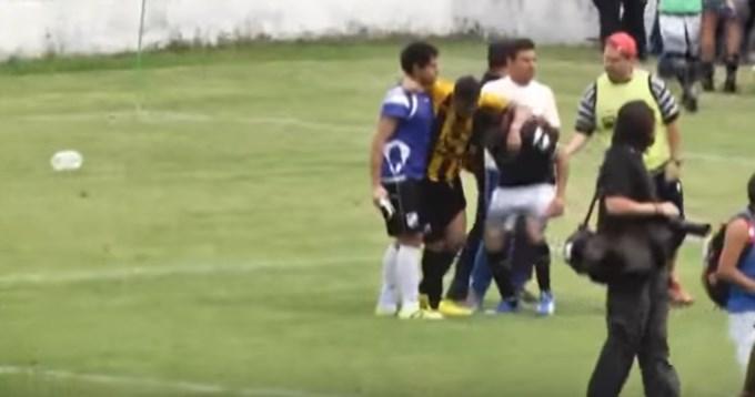 Brutal pelea entre jugadores e hinchas en partido de Copa Argentina