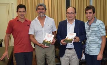 Salomon estuvo en la presentación del libro del profesor Oscar Lobos