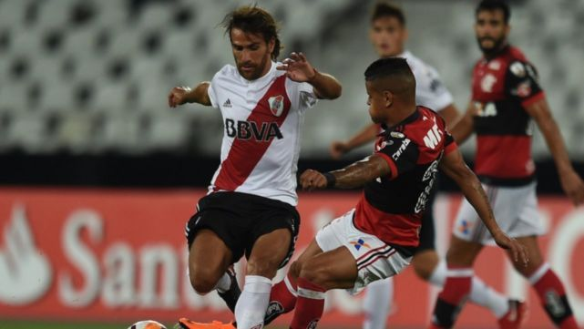 River se salvó de ahogarse en Río y empató ante Flamengo
