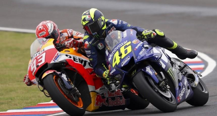 Choque y caída: otro round polémico entre Márquez y Valentino Rossi en el GP de la Argentina