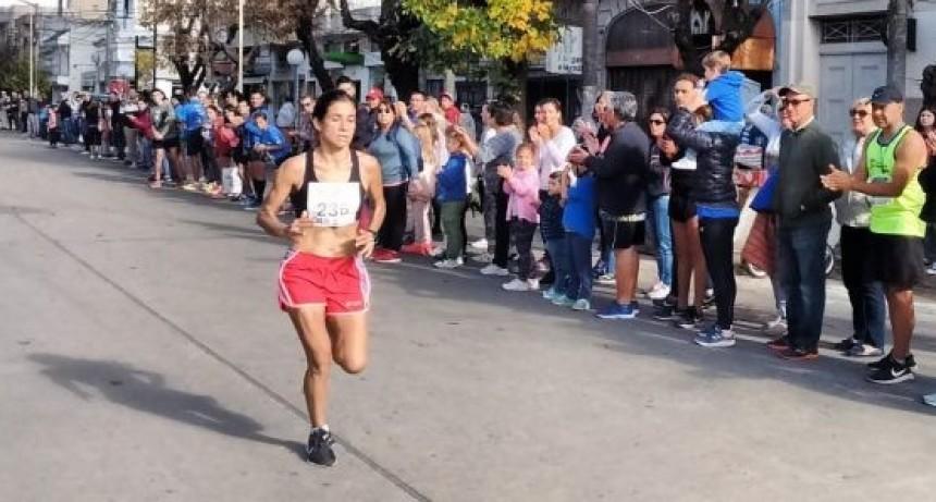 Francisca Almirón en lo más alto del podio en los 21K de Nueve de Julio