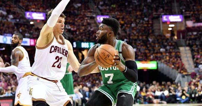 Boston dio el golpe en Cleveland y le ganó al campeón de la NBA