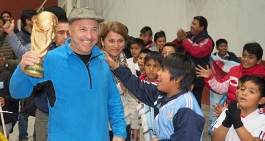 """Emoción futbolera en Orán con la visita del """"Vasco"""" Olarticoechea"""