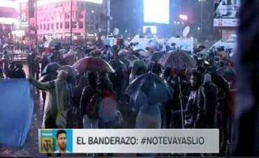 La lluvia opacó el banderazo para pedir que Lionel Messi no abandone la Selección