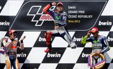 Lorenzo ganó en Brno y es líder del MotoGP junto a Valentino Rossi