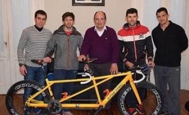Tolosa y Vaquero presentaron nueva bicicleta al Intendente