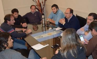 Funcionarios locales  y autoridades del Club Argentino se reunieron en el Palacio Municipal