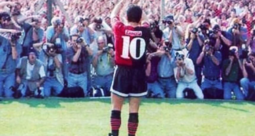 Newells le obsequiará a Maradona una camiseta que usó en 1993