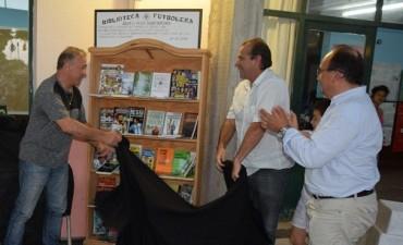 La Escuela N° 2 recibió una donación de Biblioteca Futbolera